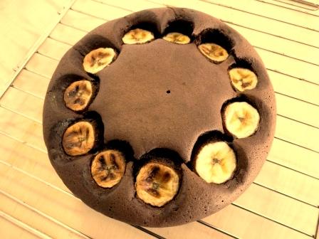 今回のデコレーションには、板チョコをピーラーで削って作ったコポーという飾りチョコを載せ、粉糖を振っていますが、あの地味なガトーショコラが簡単にオシャレケーキ